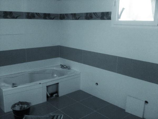 - Habillage complet d'une salle de bain et du tablier de la baignoire avec les faiences (murs) et carreaux (sol) commandés par le client