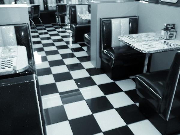 """- Pose de l'ensemble du carrelage au sol du restaurant """"Samy's  Diner"""" ouvert en 2014 à Castres zone de Melou-Chartreuse"""