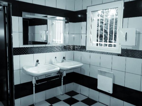 """- Pose de l'ensemble du carrelage au sol et de la faience aux murs des sanitaires du restaurant """"Samy's  Diner"""" ouvert en 2014 à Castres zone de Melou-Chartreuse"""