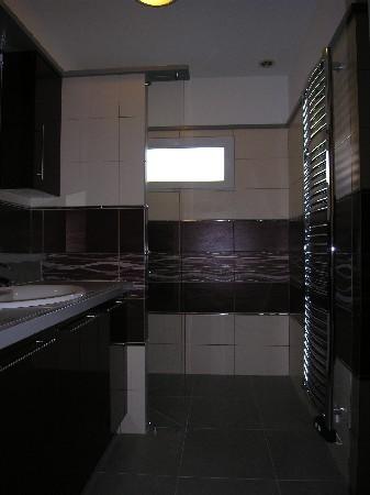 Salle de bains près rénovation; étude, proposition et réalisation du projet (avec déplacement et modification de la fenêtre et de la porte d'accès, création d'une douche italienne, rénovation de la plomberie et de l'électricité...)