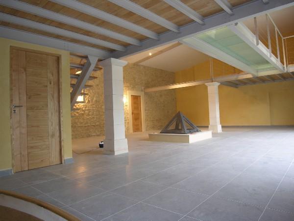 Am&eacute;nagement d&#039;un ancien hangar en pierres:<br /> - r&eacute;alisation de deux mezzanines reli&eacute;es par une passerelle en dalles de verre( photo 5),<br /> - fabrication de portes en bois massif,<br /> - cr&eacute;ation d&#039;un escalier incurv&eacute; (photo 4),<br /> - cr&eacute;ation d&#039;une verri&egrave;re sur mesure (photo 6).