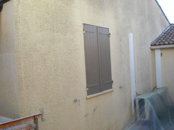 ponçage des murs sur un revêtement en peinture.<br /> nettoyage à haute pression.