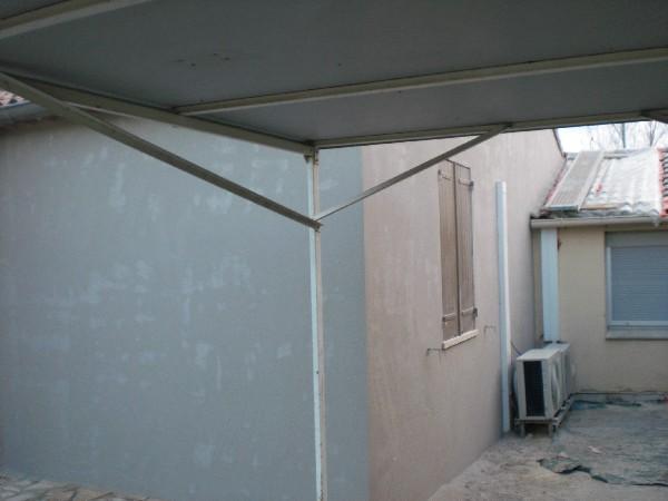 application d'une première couche d'enduit avec un  mélange de sikalatex pour renforcer les murs.